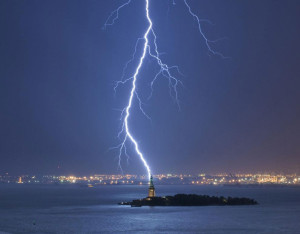 lightning-strikes-statue-of-libery